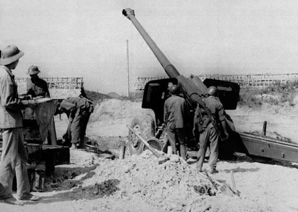 Các thành viên một đơn vị pháo binh của lực lượng vũ trang Việt Nam chống lại quân xâm lược Trung Quốc dọc theo đường biên giới 230 km của tỉnh Lạng Sơn với Trung Quốc vào ngày 23 tháng 2 năm 1979.