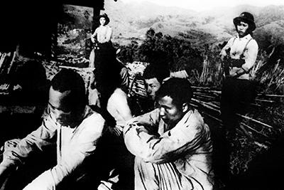 Lính Trung Quốc bị các binh sĩ Việt Nam bắt giữ trên chiến trường của Cao Bằng vào ngày 26 tháng 2 năm 1979.