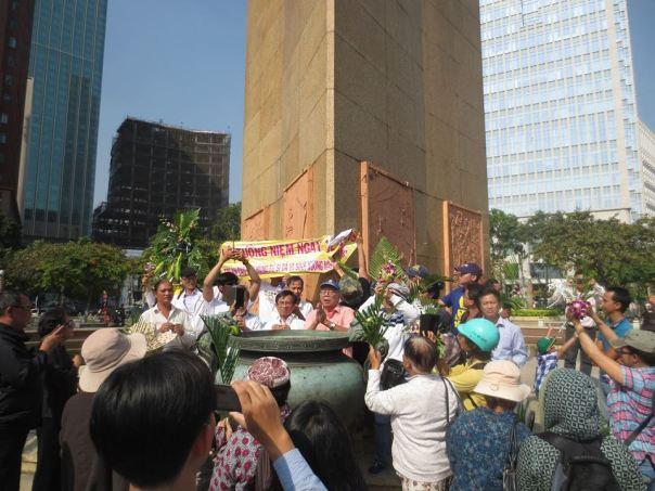 Các trí thức và người dân tại tượng Trần Hưng Đạo