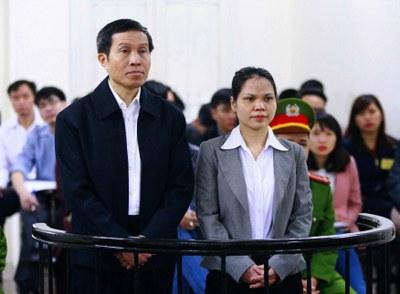 Blogger Basàm Nguyễn Hữu Vinh và người cộng sự, bà Nguyễn Thị Minh Thủy, tại Tòa án Nhân dân Hà Nội ngày 23 tháng 3 năm 2016.