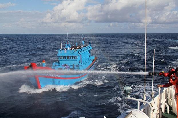 Tuần duyên Đài Loan sử dụng vòi rồng để đuổi 2 tàu cá của Việt Nam hôm 6/1/2016.