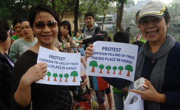 Một nhóm người biểu tình phản đối kế hoạch chặt cây xanh của chính quyền Hà Nội vào ngày 22 tháng 3 năm 2015.