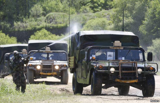 Binh sĩ Mỹ trong cuộc diễn tập khử nhiễm ở Yeoncheon, khoảng 65 km phía bắc Seoul.