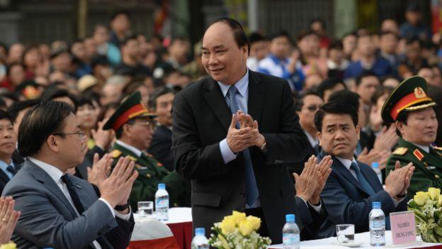 Ông Nguyễn Xuân Phúc (đứng) được giới thiệu tại Quốc hội Việt Nam khóa 13 vào chức vụ tân Thủ tướng Chính phủ Việt Nam.