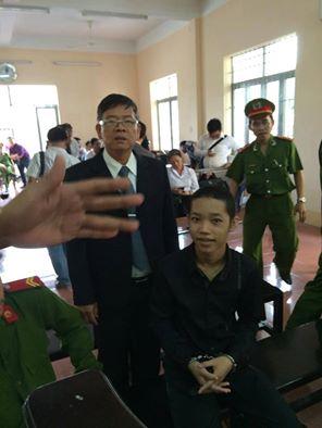 Thiếu niên Nguyễn Mai Trung Tuấn tại tòa.