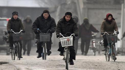Còn đa phần người dân thì hoặc phải đi xe đạp, hoặc không có xe đạp mà đi - Ảnh: Reuters