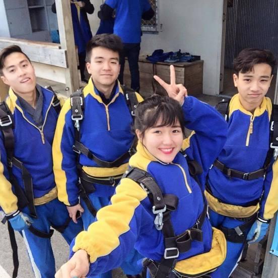 """""""Hotgirl trà sữa"""" - Nguyễn Hoàng Kiều Trinh (1994) - người được cho hiện đang là máy bay của pilot Nguyễn Đức Hạnh (1995) Fb: https://www.facebook.com/kieutrinhxiu http://www.tiin.vn/home.php/chuyen-muc/dep/hot-girl-tra-sua-xinh-nhu-tranh-ve-gioi-3-ngoai-ngu-phong-cach-chat-lu.html"""