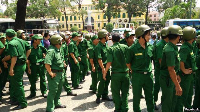 Chính quyền Việt Nam huy động đông đảo tất cả các lực lượng để ngăn, vây bắt người biểu tình.