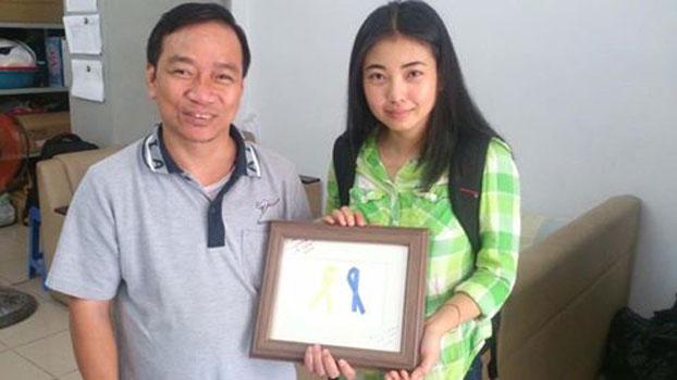 Cô Nancy Nguyễn, có biệt danh Bánh Ngọt chụp hình cùng LM Lê Ngọc Thanh tại văn phòng công lý và hoà bình sau khi Cô đến Sài Gòn.