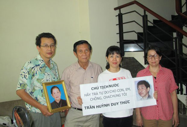 Gia đình anh Trần Huỳnh Duy Thức trong một lần đòi tự do cho anh.