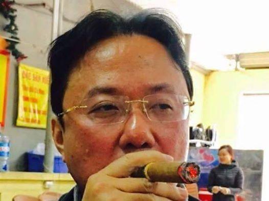 Hình - đại tá, nhà thơ Hồng Thanh Quang đang thổi kèn Tàu