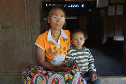 Bà Moong Thị Lợi và cháu bé (bản Huồi Thợ, xã Hữu Kiệm, Kỳ Sơn) mòn mỏi đợi mẹ đi lấy chồng Trung Quốc. Thời gian qua, tại một số địa phương miền núi Nghệ An xảy ra tình trạng buôn bán phụ nữ, trẻ em qua biên giới, chủ yếu sang Trung Quốc.
