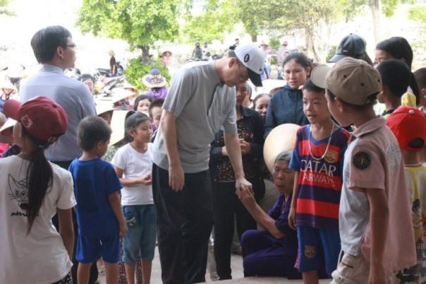 Đức tổng Giuse Ngô Quang Kiệt đến thăm bà con giáo dân giáo xứ Đông Yên, Vũng Áng, Hà Tĩnh – một trong những nơi chịu sự thảm họa ô nhiễm môi trường biển nặng nề nhất vào tháng 4.2016 vừa qua.