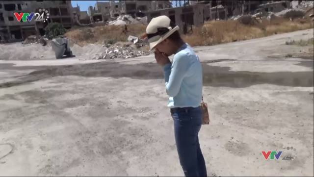 """Phóng viên Lê Bình khóc trong """"Ký sự Syria"""". Ảnh: VTV24"""
