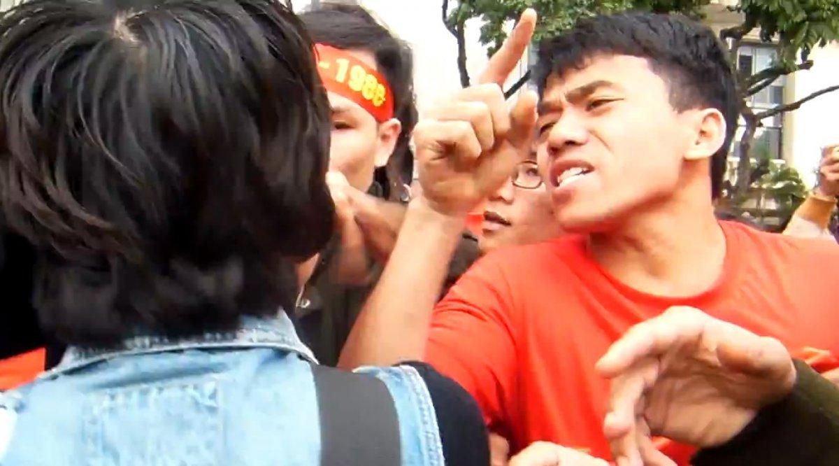 Còn đây là một thanh niên Việt Nam đang biểu tình chống người biểu tình chống Trung Quốc.