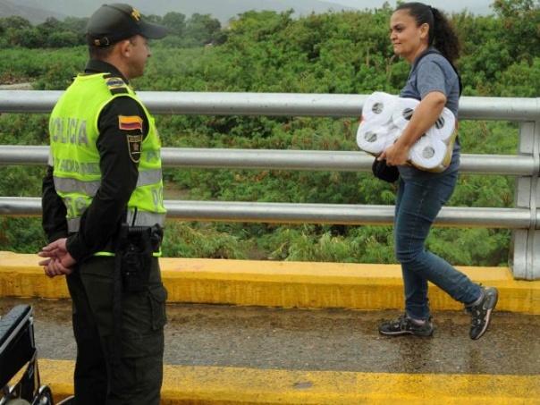 Do tình trạng khan hiếm hàng hóa nghiêm trọng ở Veneuzela, có người còn chỉ qua Colombia để mua về một bịch giấy vệ sinh như bức ảnh này