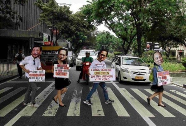 Có lẽ đây là lần đầu tiên người dân Việt mang hình ảnh dàn lãnh đạo Đảng Cộng Sản và nhà cầm quyền xuống đường châm biếm. (Hình: Dan Nguyen)