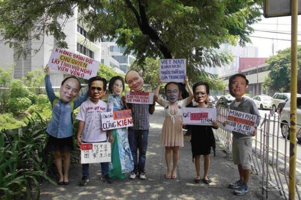 Hàng loạt các nhà lãnh đạo chế độ Hà Nội xuất hiện một cách hài hước trong hình ảnh những chiếc mặt nạ. (Hình: Dan Nguyen).
