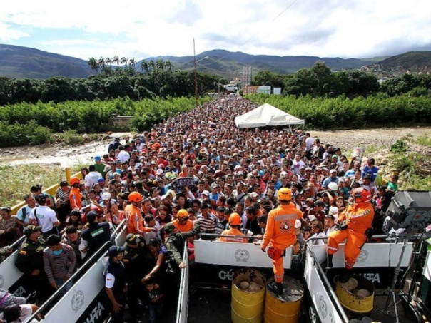 Người Venezuela ùn ùn xếp hàng qua biên giới sang Colombia để mua nhu yếu phẩm