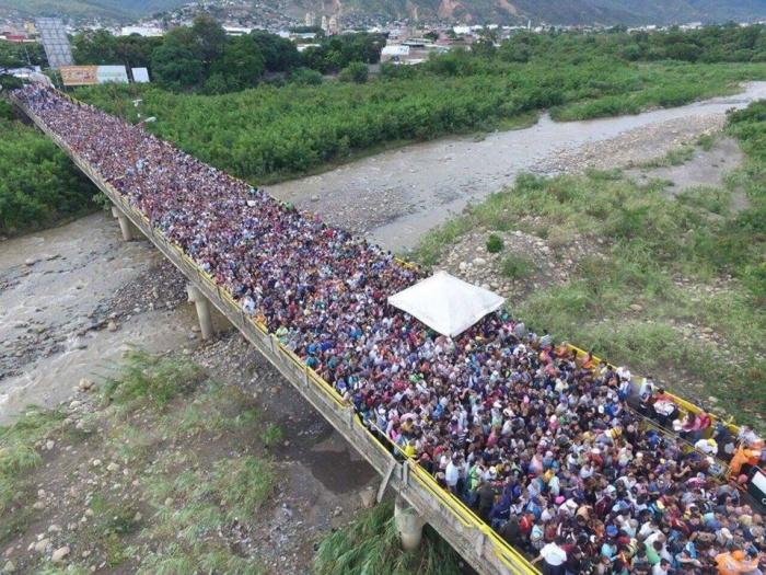 """""""Dòng sông"""" người rồng rắn xếp hàng trên cây cầu Simon Bolivar chờ sang Colombia..."""