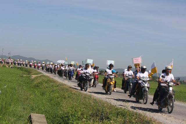 Người dân biểu tình phản kháng cá chết