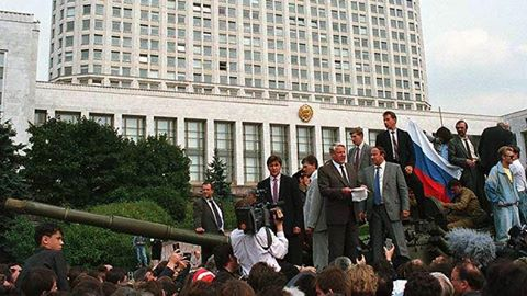 Jeltsin diễn thuyết trên xe tăng