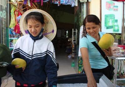 Photo 2: Một bé gái bán hàng lưu niệm ở khu mua vé tham quan Phong Nha Kẻ Bàng. RFA photo