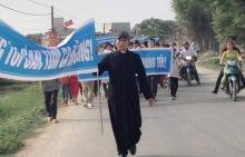 Giáo dân xuống đường biểu tình tại giáo xứ Phú Yên, xã An Hoà, huyện Quỳnh Lưu, tỉnh Nghệ An, ảnh: internet