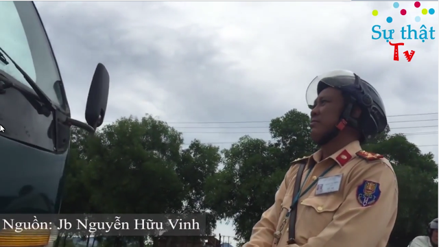 Cảnh sát giao thông Hoàng Văn Thông - Số hiệu 472474 gây khó dễ cho xe chở hàng cứu trợ