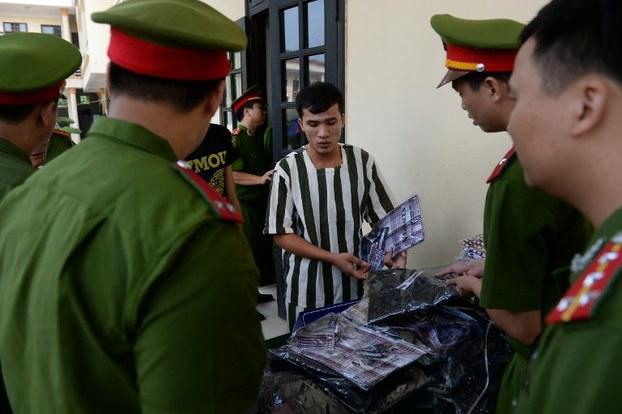 Một tù nhân nhận quần áo mới trước khi được trả tự do tại một nhà tù ở ngoại ô Hà Nội vào ngày 31 tháng 8 năm 2015.