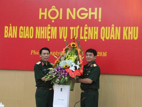 Thiếu tướng Lê Xuân Duy (trái) tại buổi lễ nhận nhiệm vụ tư lệnh quân khu 2 ngày 6/5/2016