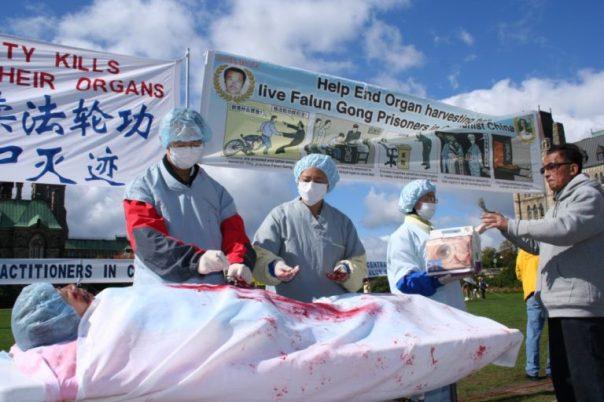 Một cảnh tái hiện việc mổ cắp nội tạng các học viên Pháp Luân Công ở Trung Quốc, trong một cuộc biểu tình tại Ottawa, Canada, vào năm 2008. (Ảnh: Đại Kỷ Nguyên).