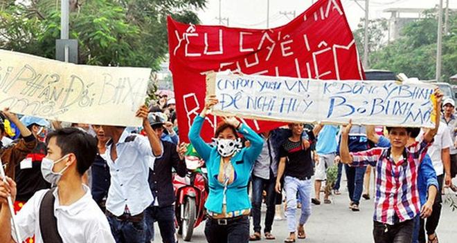 90000 công nhân đình công phản đối luật BHXH. Ảnh: CafeBiz