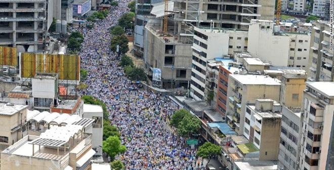 Dòng người tham gia cuộc tuần hành ở Caracas. (Nguồn: CNN)