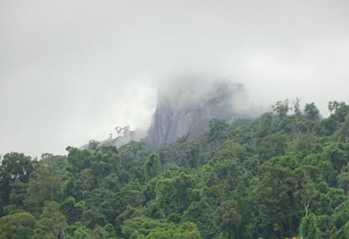 Mây đen vần vũ trên ngọn núi Lu Mu thuộc xã Đạ M'ri. Ảnh: Dương Cầm