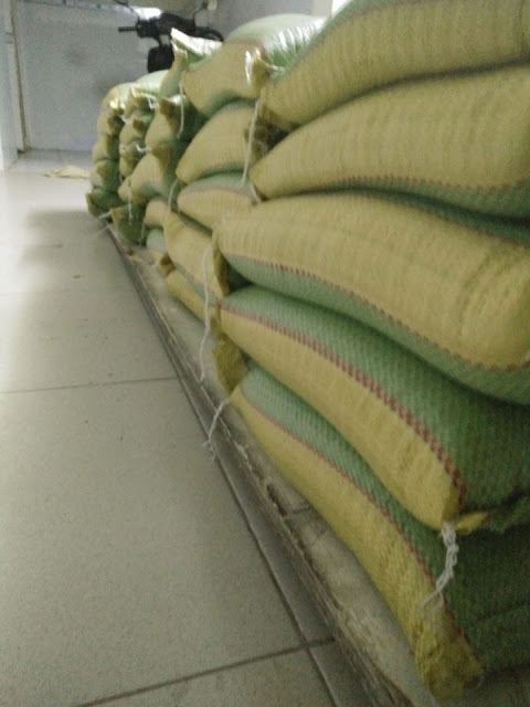 Nhóm bạn Ngô Thông ở Sài Gòn đã chuẩn bị được 500 kg gạo để nhóm Nguyễn Lân Thắng phân phối đến bà con vùng lụt