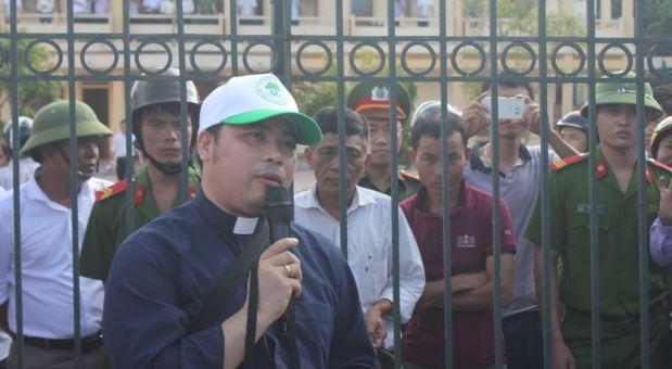 Linh mục Đặng Hữu Nam đưa dân đi khiếu kiện vụ Formosa