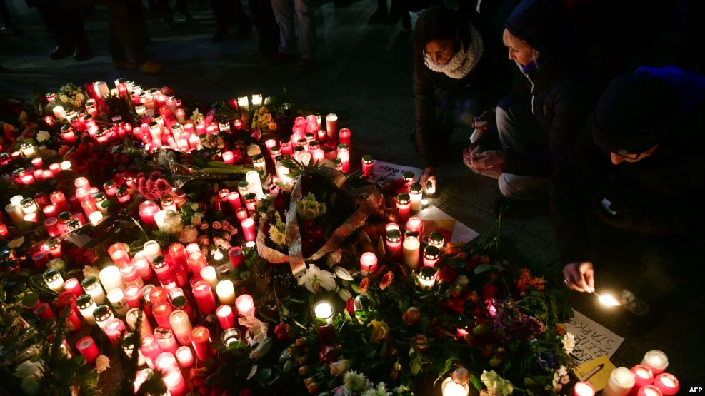 Người dân thắp nến tưởng nhớ các nạn nhân vụ khủng bố bằng xe tải tại ngôi chợ Giáng sinh Breitscheidplatz ở Berlin.