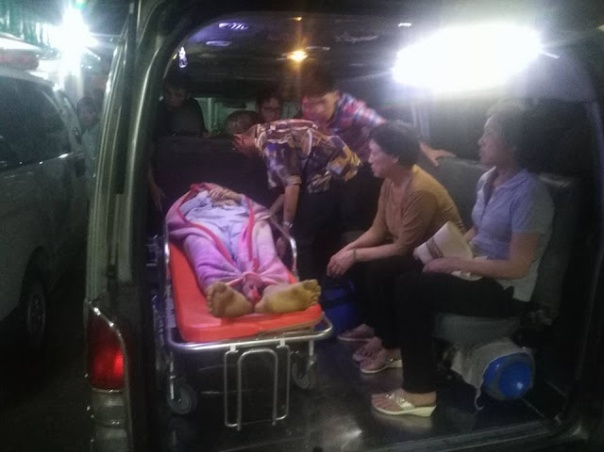 Người nhà đưa thi thể anh Vũ Đức Tiến về nhà (ảnh: Facebook Dinh Kien)