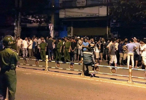 Hàng trăm người dân tập trung tại khu vực xảy ra vụ tai nạn (ảnh: báo Dân Trí- Vĩnh Thủy)