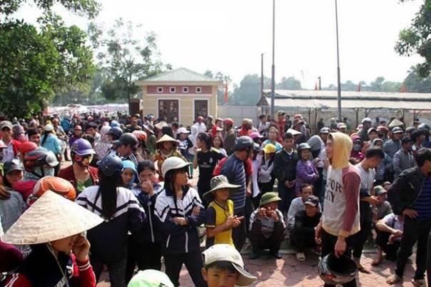 Hàng trăm người dân tập trung trước trụ sở UBND xã Thạch Lạc, huyện Thạch Hà, Hà Tĩnh hôm 10/12/2016 yêu cầu giải thích việc cán bộ đánh dân.