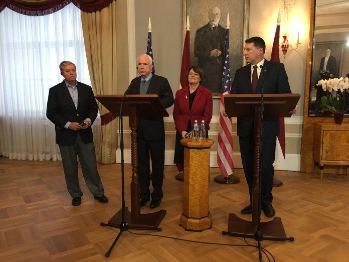 Ba thượng nghị sĩ Mỹ, từ trái, Lindsay Graham, John McCain, và Amy Klobuchar, cùng Tổng Thống Raimonds Vejonis của Latvia tại cuộc họp báo ở thủ đô Riga, nói về vụ tin tặc Nga. (Hình: AP Photo/Vitnija Saldava)