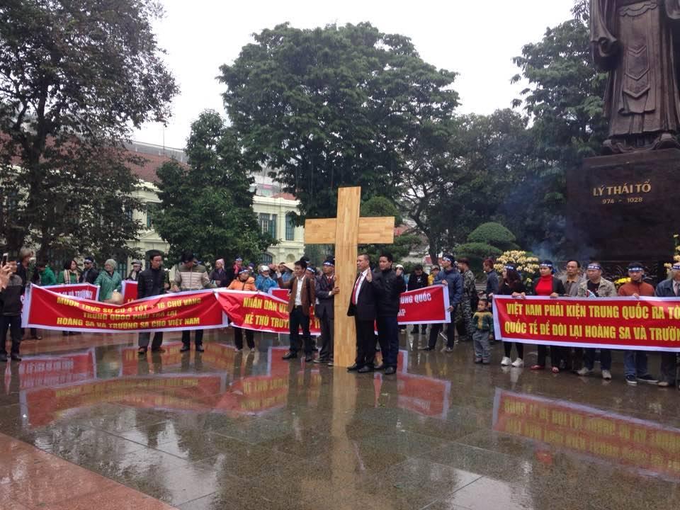 Nhà yêu nước Vũ Quang Thuận và cây thập tự giá trong ngày kỷ niệm.