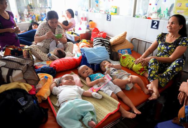 'Bình đẳng xã hội chủ nghĩa': 4 trẻ một giường! Ảnh: Báo Tuổi Trẻ