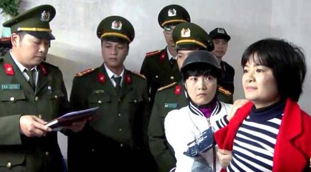 Công an đọc lệnh bất giam bà Trần Thúy Nga hôm 21/01/2017.