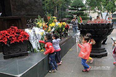 Các em thiếu nhi dâng hoa cho các chiến sĩ quân lực Việt Nam Cộng Hòa