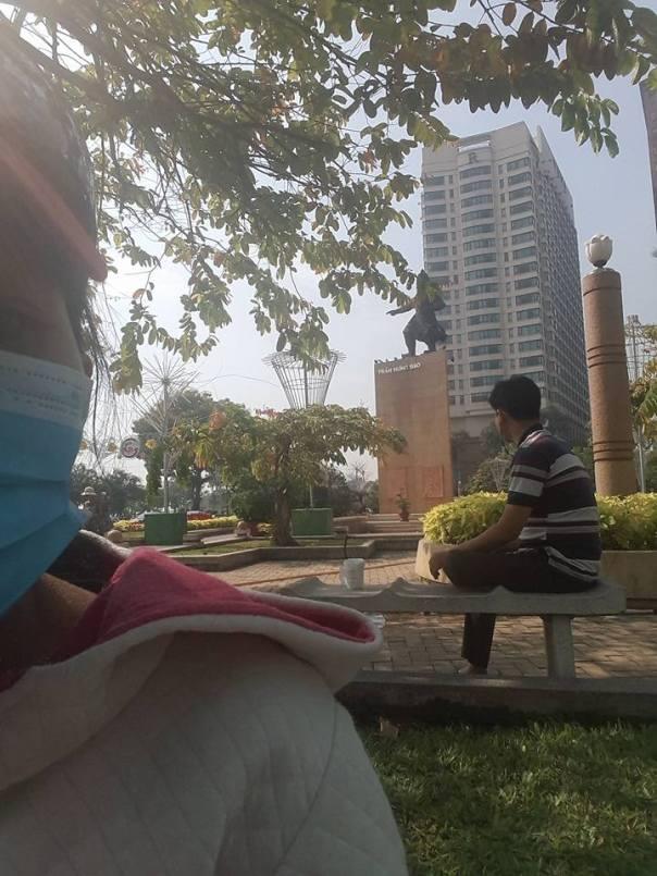 Tượng đài Trần Hưng Đạo- Sài Gòn, công an và mật vụ ngồi canh không cho dân tưởng niệm các liệt sỹ 1979