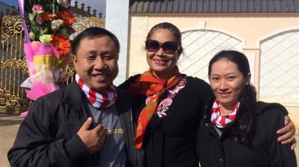 Cảm ơn CSGT tỉnh Gia Lai đã nhiệt tình hỗ trợ bảo vệ đoàn người đưa bà Bùi Hằng rời khỏi địa phương.   Hiện đoàn đã rời Gia Lai và không còn xe CSGT bảo vệ.  Photo: Hoàng Dũng 10:00 11/2/2017