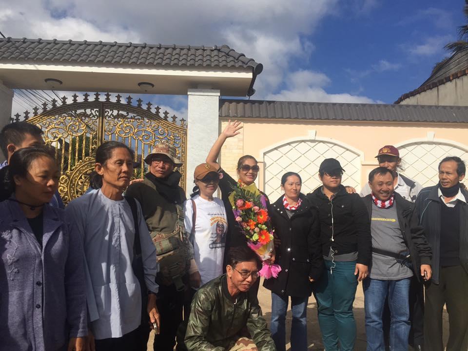 Đông đảo anh em đấu tranh nhân quyền đến đón chị Bùi Thị Minh Hằng ra tù .