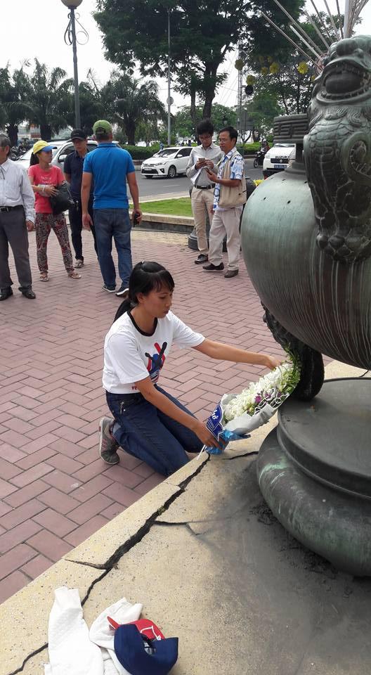 Cô giáo Nguyễn Thanh Loan:Xin ngài linh thiêng về vật chết hết những kẻ nào cản trở việc tưởng nhớ những anh hùng đã hy sinh bảo vệ tổ quốc chống tàu cộng
